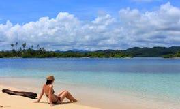 Młoda piękna kobieta cieszy się jej czas i odpoczywa blisko do morza Fotografia Stock