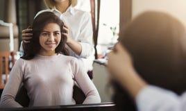 Młoda piękna kobieta dyskutuje fryzurę z jej fryzjerem zdjęcie stock