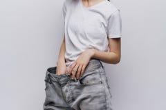 Młoda piękna kobieta na lekkim tle, dieta, ciężar strata, postęp, sukces Zdjęcie Royalty Free