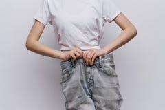 Młoda piękna kobieta na lekkim tle, dieta, ciężar strata, postęp, sukces Obraz Royalty Free