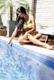 Młoda piękna kobieta na stronie basen bawić się z wodą Zdjęcia Stock