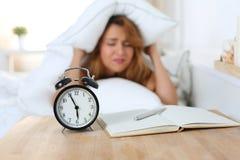 Młoda piękna kobieta nienawidzi budzić się up wcześnie w ranku obrazy stock