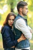 Młoda piękna kobieta obejmuje jej mężczyzna od plecy outdoors obraz stock