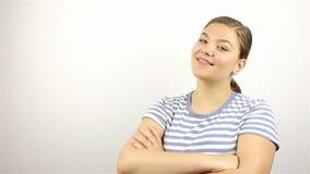 Młoda piękna kobieta obraca i ono uśmiecha się patrzejący kamerę zbiory