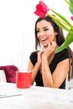 Młoda piękna kobieta ono uśmiecha się podczas gdy używać laptop w domu Obraz Royalty Free