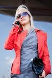 Piękna kobieta opowiada na telefon komórkowy Zdjęcie Royalty Free