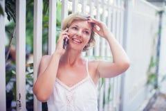 Młoda Piękna kobieta Opowiada Na telefonie komórkowym Plenerowym fotografia stock