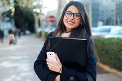 Młoda piękna kobieta patrzeje kamerę w ulicie Obrazy Royalty Free