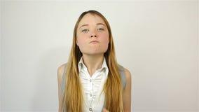 Młoda piękna kobieta pełno wściekłość, patrzejący kamerę przysięga zbiory