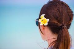 Młoda piękna kobieta podczas tropikalnego plaża wakacje Cieszy się suumer urlopowego na plaży przy Afryka z frangipani samotnie Obraz Stock
