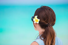 Młoda piękna kobieta podczas tropikalnego plaża wakacje Cieszy się suumer urlopowego na plaży z frangipani kwiatami samotnie Obrazy Stock