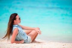 Młoda piękna kobieta podczas tropikalnego plaża wakacje Cieszy się wakacje samotnie na plaży z frangipani kwiatami Zdjęcia Royalty Free