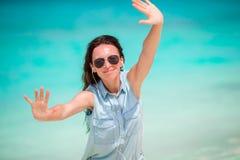 Młoda piękna kobieta podczas tropikalnego plaża wakacje Cieszy się wakacje samotnie na plaży z frangipani kwiatami Zdjęcia Stock