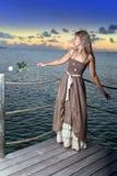 Młoda piękna kobieta .portrait przeciw tropikalnemu morzu podczas zmierzchu obrazy stock