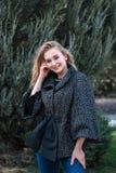 Młoda piękna kobieta pozuje przy kamerą outdoors fotografia stock
