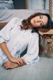 Młoda piękna kobieta pozuje w sypialni przy jej nowożytnym mieszkaniem zdjęcie stock