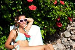 Młoda piękna kobieta relaksuje w Sicily, Włochy obrazy stock