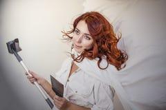 Młoda piękna kobieta robi naprawom w domu z narzędziami Obrazy Royalty Free