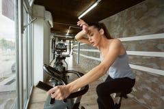 Młoda piękna kobieta robi salowemu jechać na rowerze ćwiczeniu Obraz Royalty Free