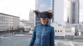 Młoda piękna kobieta robi sprawności fizycznej ćwiczenia sportowi z rzeczywistości wirtualnej słuchawki zdjęcie wideo