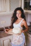 Młoda piękna kobieta robi tortowi przy kuchnią Obrazy Stock