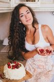 Młoda piękna kobieta robi tortowi przy kuchnią Obrazy Royalty Free