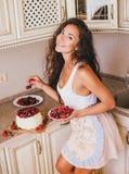 Młoda piękna kobieta robi tortowi przy kuchnią Zdjęcia Stock