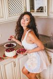 Młoda piękna kobieta robi tortowi przy kuchnią Zdjęcia Royalty Free