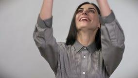 Młoda piękna kobieta rzuca up butelkę z wodą i łapaniem z krótkim brown włosy, ono uśmiecha się, biały tło zdjęcie wideo