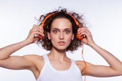 Młoda piękna kobieta słucha muzyka obrazy royalty free
