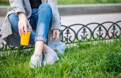 Młoda piękna kobieta, siedzi na ulicie fotografia royalty free