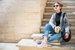 Młoda piękna kobieta, siedzi na ulicie obrazy royalty free