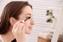 Młoda piękna kobieta stosuje makeup indoors Ranek rutyna obrazy royalty free
