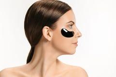 Młoda piękna kobieta stosuje maskę dla twarzy leczniczy czarny błoto w spa obrazy stock