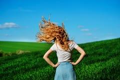Młoda piękna kobieta trząść jej włosy na greenfield od zdjęcia stock