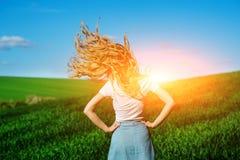Młoda piękna kobieta trząść jej włosy na greenfield od obrazy royalty free