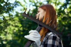 Młoda piękna kobieta trzyma świntucha, ogrodnictwo, ogrodniczka Obrazy Royalty Free
