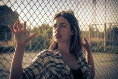 Młoda piękna kobieta trzyma drucianą siatkę z ręk, dysponowanego i pięknego ciałem, piękna błękitny jaskrawy pojęcia twarzy mody  Fotografia Stock