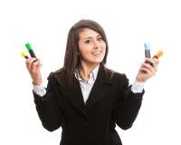 Młoda piękna kobieta trzyma kolorowych highlighters Obraz Royalty Free