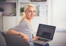 Młoda piękna kobieta używa laptop w domu Zdjęcie Royalty Free