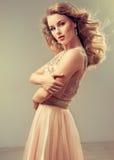 Młoda piękna kobieta, ubierająca w sukni wieczorowej Obraz Royalty Free