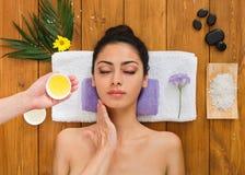 Młoda piękna kobieta w aromata zdroju wellness centrum obraz stock