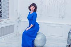 Młoda piękna kobieta w błękitnej eleganckiej wieczór sukni Fotografia Stock
