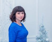Młoda piękna kobieta w błękitnej eleganckiej wieczór sukni Fotografia Royalty Free