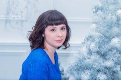 Młoda piękna kobieta w błękitnej eleganckiej wieczór sukni Zdjęcie Royalty Free