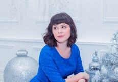 Młoda piękna kobieta w błękitnej eleganckiej wieczór sukni Obrazy Royalty Free