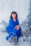 Młoda piękna kobieta w błękitnej eleganckiej wieczór sukni Obraz Stock