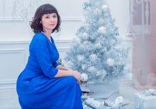 Młoda piękna kobieta w błękitnej eleganckiej wieczór sukni Obrazy Stock