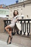 Młoda piękna kobieta w beżowym żakiecie pozuje outdoors w pogodnym wea Zdjęcie Stock