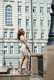 Młoda piękna kobieta w beżu skrótu smokingowy pozować outdoors w su Fotografia Stock